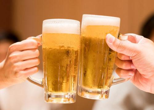 ビールジョッキで乾杯する手
